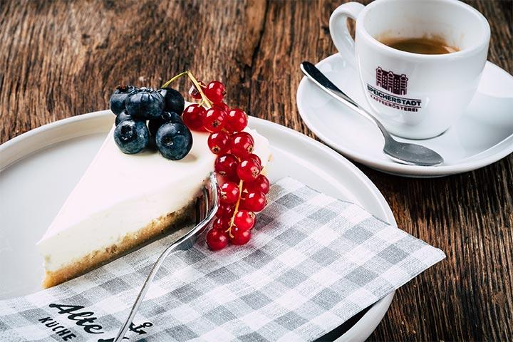 Alte Liebe Kuchen mit Kaffee und Beeren