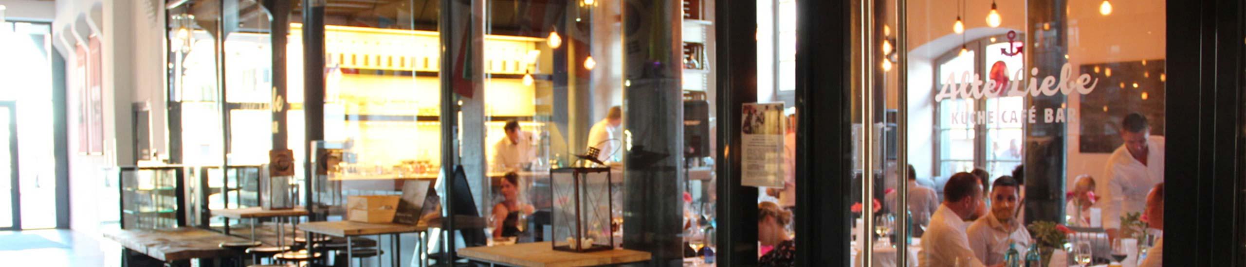 Alte Liebe Restaurant mit sitzenden Menschen