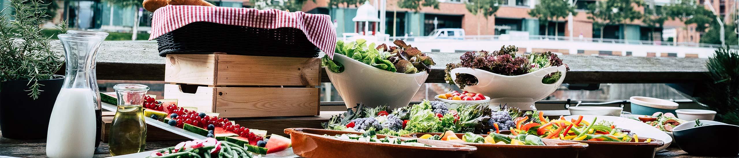 Brunch Tisch mit Salate, Obst und Brot