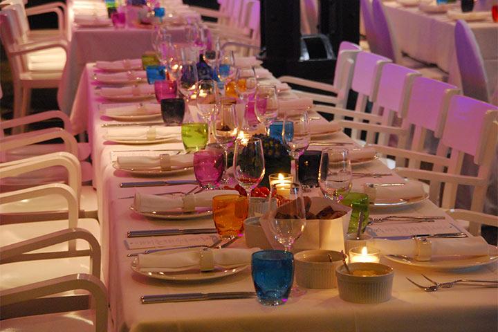 Bunte Gläser - gedeckter Tisch