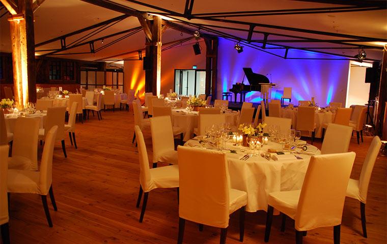 Deck 10 Bühne und dekorierte Tische