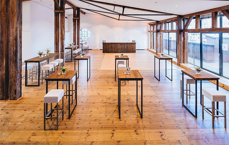 Deck 10 leere Raumansicht mit Tischen