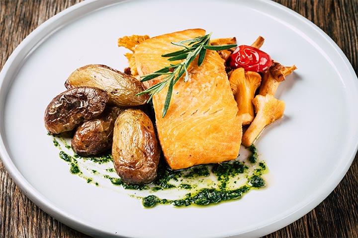 Fisch mit Kartoffeln und Pilzen