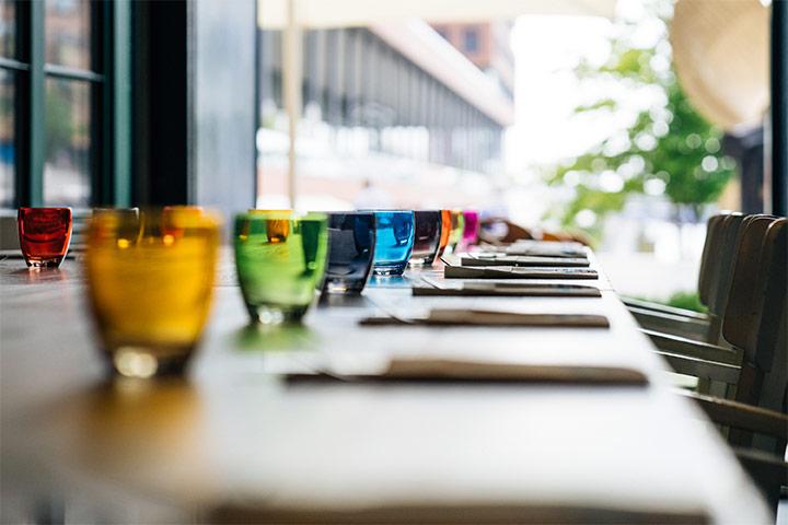 Geburtstag - gedeckter Tisch mit Gläsern und Besteck