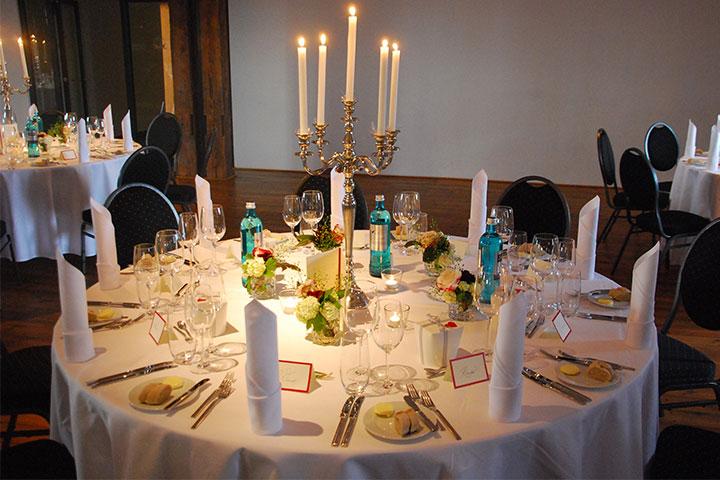 Hochzeit - dekorierter Gästetisch