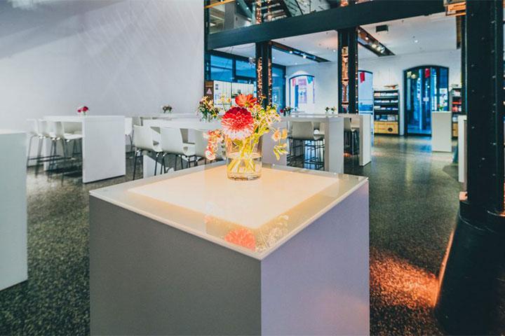 Foyer Raumansicht Stehtisch Blume