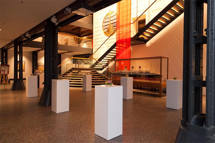 Foyer Raumansicht mit Stehtische und Treppe