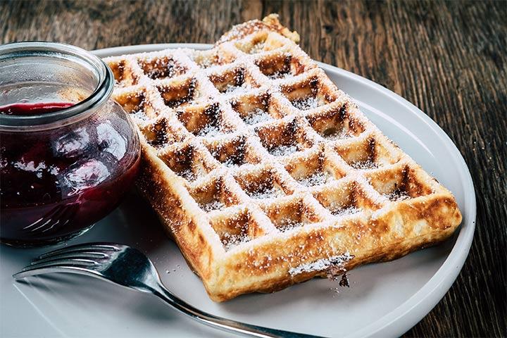 Waffel mit Marmelade serviert